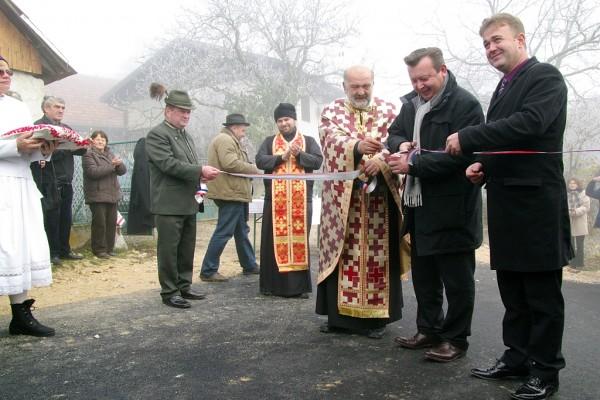 Podpredsjednika Vlade Republike Hrvatske rezanjem vrpce službeno je otvorio cestu Hartje - Sopote - Sošice.
