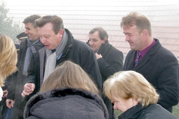 U selu Tomaševci svečano se prerezala vrpca, a stanovnici su u znak zahvale goste počastili domaćim proizvodima.