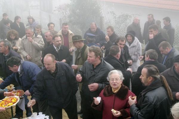 Gosti i mještani u selu Tomaševci.